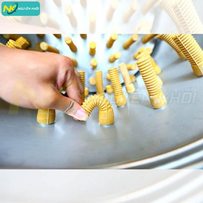 Kiểm tra núm cao su để nhận biết máy vặt lông gà chất lượng