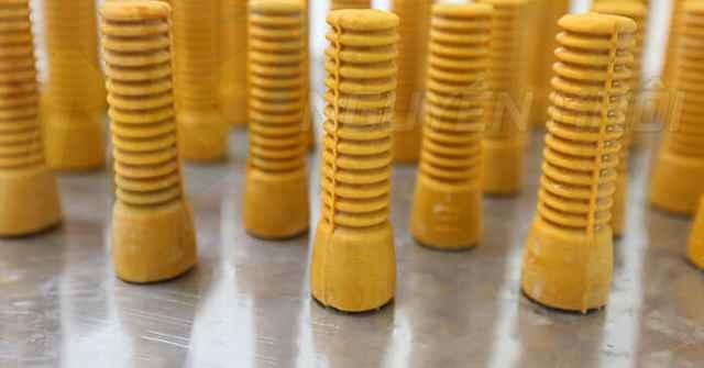 """Những chiếc núm cao su do Nguyên Khôi sản xuất được ví như các """"bàn tay giả"""" khéo léo"""